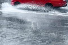 Pluśnięcia samochodem przez wody powodziowej Fotografia Stock