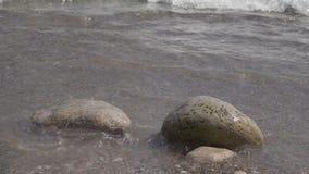 Pluśnięcia woda od fal łama na kamieniach swobodny ruch zbiory