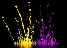 Pluśnięcie akrylowa farba, abstrakcjonistyczny tło na czerni Obrazy Royalty Free