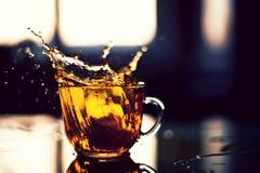 Pluśnięcie herbata w słońca odbiciu Zdjęcia Stock