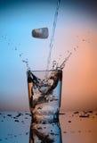 Pluśnięcie woda w szkło Zdjęcie Stock