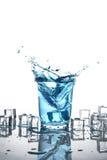 Pluśnięcie woda w szkle odizolowywającym Obrazy Royalty Free