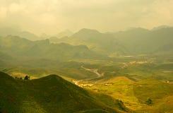 Pluche Groene Heuvels in Mist stock afbeelding