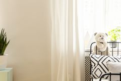 Pluchestuk speelgoed op bed met gevormd hoofdkussen stock fotografie