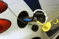 Plug-in в электрическом автомобиле стоковое изображение rf