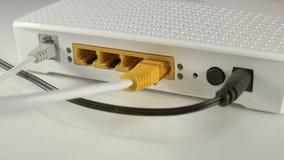Plugga i kabel för Ethernet RJ-45 in i internetrouteren lager videofilmer