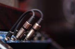 Pluggade ljudsignala kablar för Closeup in i studiomaskinvara, konstnärligt utrustningbegrepp Arkivfoto