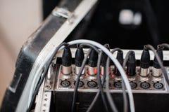 Pluggar det ljudsignal digitala kontaktdonet för XLR in det solida systemet royaltyfri fotografi