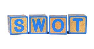 PLUGGHÄST på det kulöra träbarns alfabetkvarteret Arkivbild