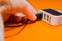 Pluging缆绳到适配器里 免版税库存照片
