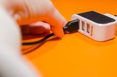 Pluging kabel in i en adapter royaltyfri bild