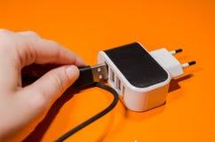 Pluging kabel in i en adapter royaltyfria bilder