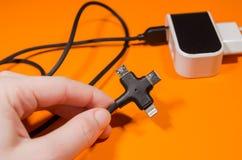 Pluging kabel in i en adapter arkivbild