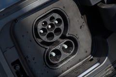 Plugue cobrando do carro elétrico Imagem de Stock