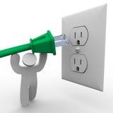Plugue de potência de levantamento da pessoa à tomada elétrica Foto de Stock Royalty Free