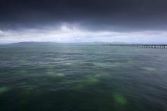 Pluie au-dessus d'océan tropical Photographie stock