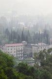 Pluie au-dessus de vieux Gagra Photo stock