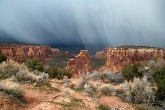 Pluie au-dessus des montagnes Photos stock