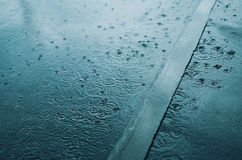 Pluie, automne, concept de temps - malaxez et en éclaboussant l'eau dans la soirée pluvieuse Photo libre de droits