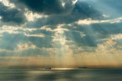 Pluie, bateaux de mer et soleil images stock