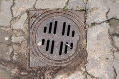 Pluie bien dans le parking Installation de drain de pluie photo libre de droits