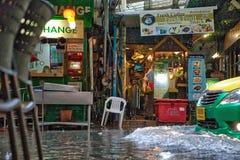 Pluie dans des transformstreets de Bangkok vers des rivières images stock