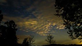 Pluie de météores de Perseid avec des étoiles filantes Photographie stock