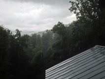 Pluie de montagne sur Tin Roof Photos stock