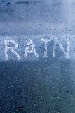 pluie de mots sur le verre clair - gouttes de pluie sur la fenêtre Photo libre de droits