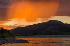 Pluie de pêche au coucher du soleil Photographie stock libre de droits