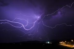 Pluie de tempête de nuit de foudre Photographie stock