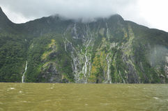 Pluie en Milford Sound, Nouvelle-Zélande Photographie stock