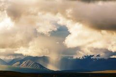 Pluie en montagnes images stock