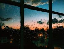 Pluie et coucher du soleil Image libre de droits