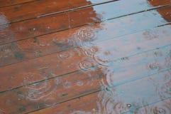 Pluie et gouttes de l'eau image stock