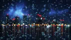 Pluie et ville brouillée de nuit Photo libre de droits