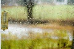 Pluie par l'hublot Photographie stock libre de droits