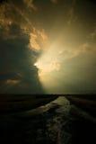 Pluie, route et coucher du soleil Image stock