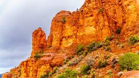 Pluie se renversant vers le bas sur les formations géologiques des buttes de grès rouge entourant la chapelle de la croix sainte  photo libre de droits