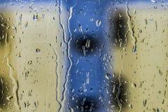 Pluie sur l'hublot photographie stock