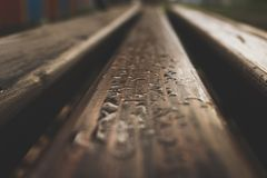 Pluie sur le banc Photos libres de droits