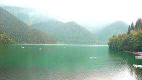 Pluie sur le lac Ritsa banque de vidéos