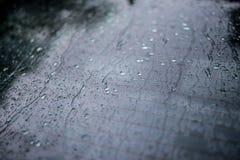 Pluie sur une fenêtre de voiture photographie stock libre de droits