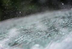 Pluie sur une fenêtre de voiture images libres de droits