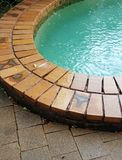 Pluie tombant dans la piscine Photographie stock libre de droits