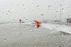 Pluie vue par une fenêtre d'avion Photos libres de droits