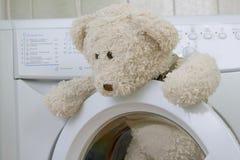 Pluizig stuk speelgoed in de wasmachine Stock Afbeelding