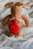 Pluizig stuk speelgoed konijntje met gevoelde harten Prentbriefkaar aan de Dag van Valentine ` s Stock Foto