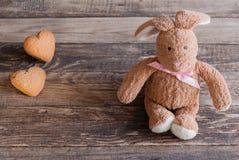 Pluizig stuk speelgoed konijntje met koekjes in de vorm van harten prentbriefkaar Royalty-vrije Stock Foto's