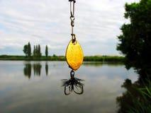 Pluizige die vlieg visserijhaak op wit wordt geïsoleerd Royalty-vrije Stock Foto